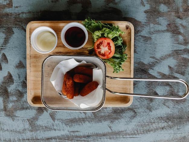 素朴な木製のテーブルの春巻き