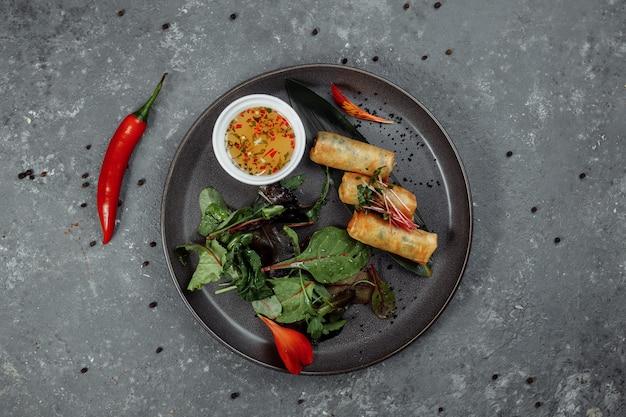 Спринг-роллы с креветками под сладким соусом чили. азиатская кухня.