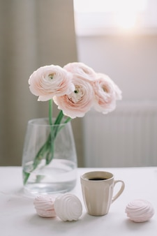 꽃, 커피 컵, 마시멜로와 함께 봄 로맨틱 정물