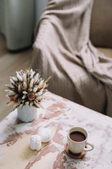 花、コーヒーカップ、マシュマロのある春のロマンチックな静物