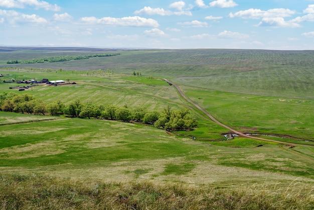 보스크레세노프카 오렌부르크(voskresenovka orenburg) 마을 근처의 농장과 시골길이 있는 봄 시골 풍경