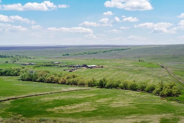 농장 들판과 시골길이 있는 봄 시골 풍경