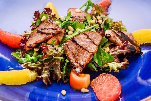 Весенний салат. деревянная поверхность стола.