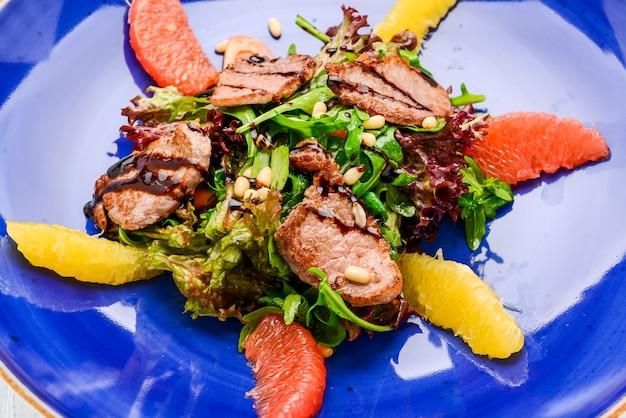 Весенний салат деревянная поверхность стола.