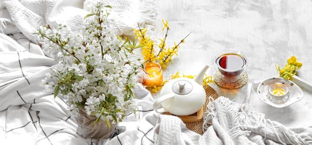 Весенний натюрморт с чашкой чая и цветами
