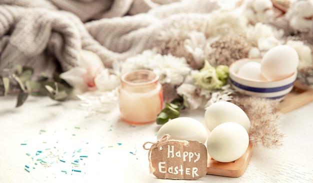 Весенний натюрморт с пасхальными яйцами на фоне деталей декора. концепция праздника пасхи.