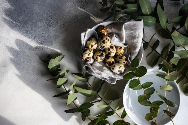 계란과 신선한 유칼립투스 잎으로 봄 테이블 설정