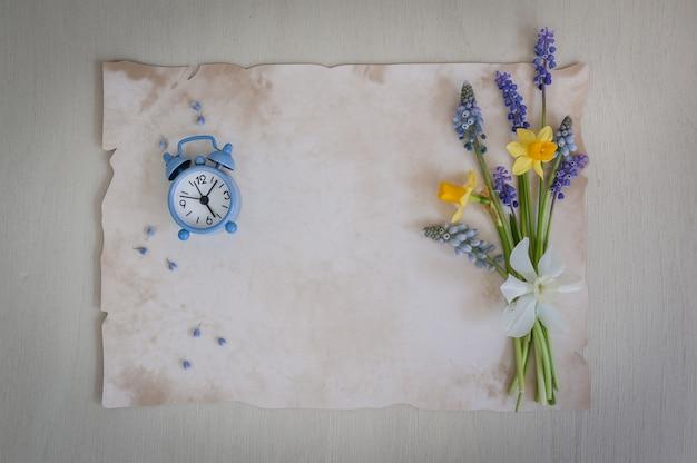 Время весны букет из нарциссов и мускари цветы на фоне деревянные. копирование пространства, вид сверху. праздничная открытка. , копировать пространство