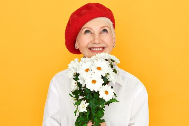 Время весны, свежесть и концепция природы. счастливая женщина средних лет с мечтательным возбужденным выражением лица