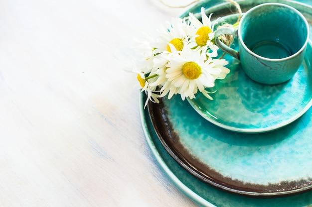 Весенний интерьерный стол с цветами