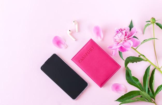 여성 액세서리가 있는 봄 여행, 휴가 및 관광:여권, 스마트폰, 이어폰, 꽃
