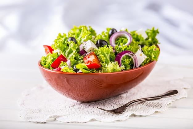 Салат из весенних овощей салат из свежих овощей с помидорами, луком, сыром и оливками