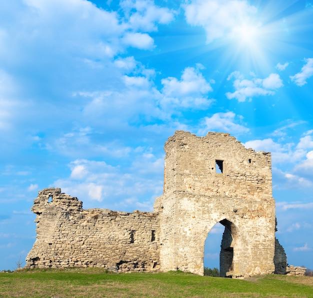 Весенний вид на руины древнего замка (город кременец, тернопольская область, украина). построен в 12 веке.