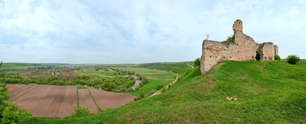 Chernokozinetsky城跡の春の眺め(chernokozintsy村、kamyanets-podilsky地域、khmelnytsky州、ウクライナ)。 xiv世紀の後半に建てられました。 6ショットステッチ画像。