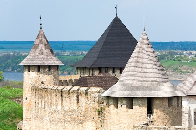 Весенний вид на хотинскую крепость на берегу днестра (черновицкая область, украина). строительство было начато в 1325 году, а основные улучшения были сделаны в 1380-х и 1460-х годах.