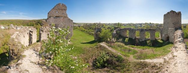 シドリフ城遺跡(1640年代に建てられた)の春の景色。ウクライナ、テルノーピリ地域、フシャティンの町の南7kmに位置するシドリヴ村。 6ショットステッチ画像。
