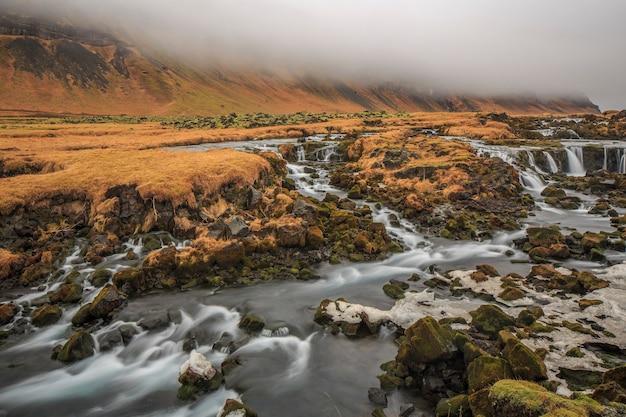 Весенние водопады на побережье исландии