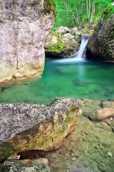 Весенний лес и река. водопад.