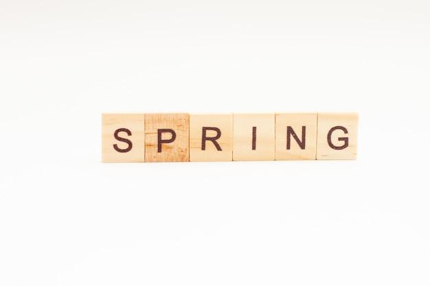 孤立した木製のブロックの春の言葉