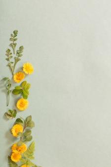 종이 바탕에 노란색 봄 꽃