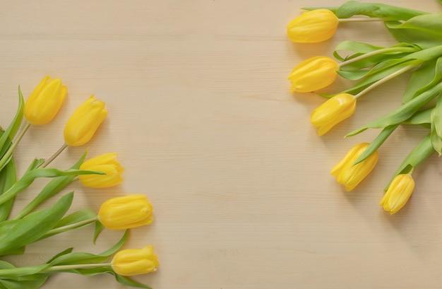 Весенние желтые тюльпаны на деревянном фоне - сток картинки