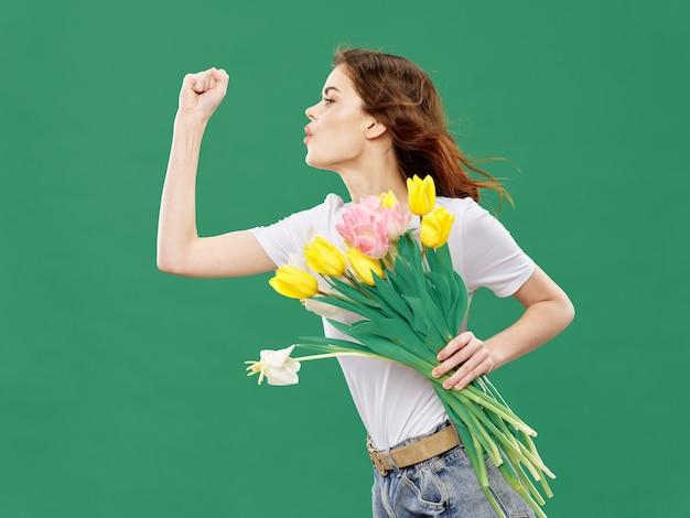 꽃의 부케와 함께 포즈를 취하는 꽃 여자와 봄 젊은 아름 다운 소녀, 여성의 날