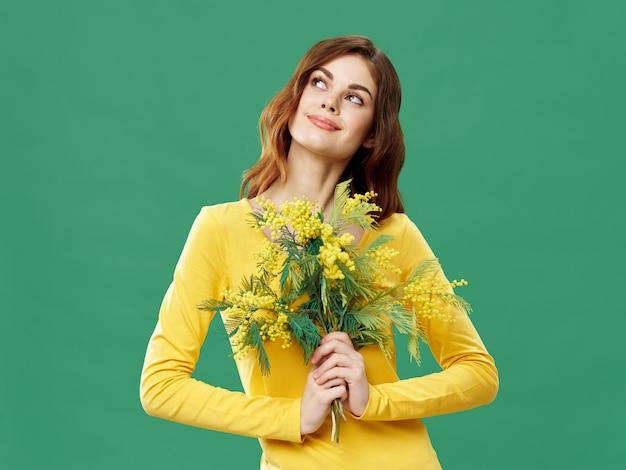 꽃과 함께 봄 젊은 아름 다운 소녀, 여자는 꽃의 꽃다발과 함께 포즈, 여성의 날