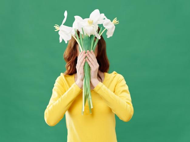 꽃과 함께 봄 젊은 아름 다운 소녀, 꽃의 꽃다발과 함께 포즈 여자, 여성의 날