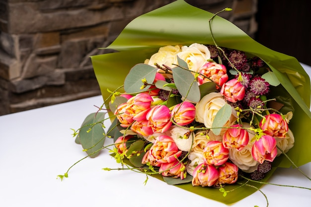 Весенний букет цветов в магазине