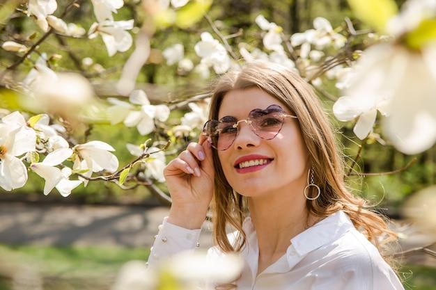 Весна концепция наслаждения природой и цветущими деревьями