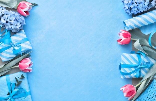 Весенняя планировка с подарочными коробками, сезонными цветами и листьями эвкалипра, копией пространства