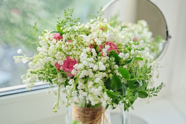 Весна, весенний свежий букет из ландышей, розовых роз, цветущей калины.