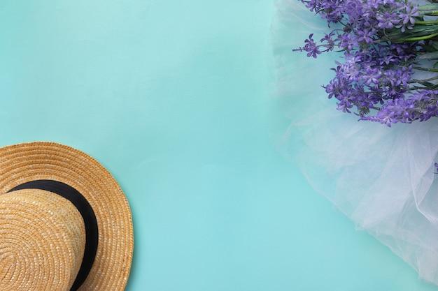 春夏時間ラベンダーの花青い背景女性帽子コピースペース俯瞰図