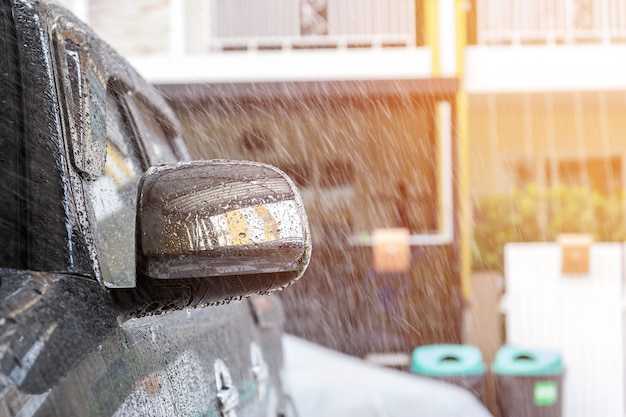 Обрызгайте автомобиль водой из спрея перед тем, как мыть машину с помощью автомойки в автосервисе.