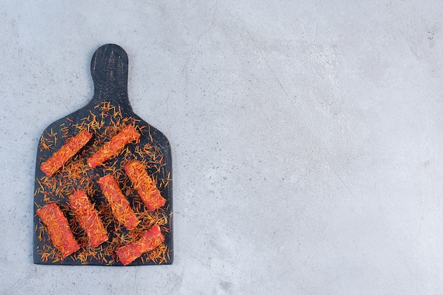 Рахат-лукум на доске, на мраморном фоне, посыпанная ледяной глазурью. Бесплатные Фотографии