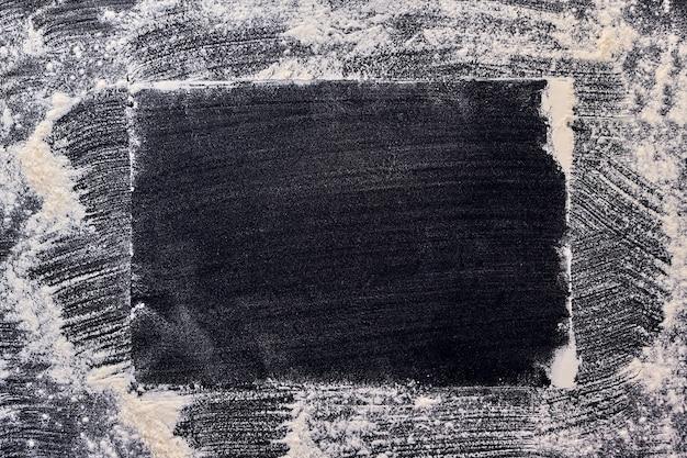 검은 색 표면에 직사각형 뿌려진 밀가루