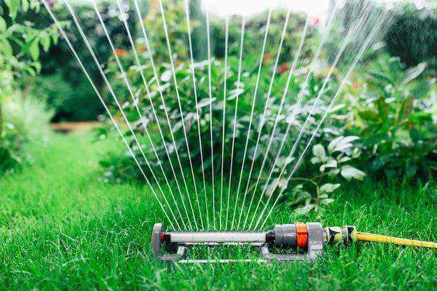 정원에 물을 뿌리는 스프링클러
