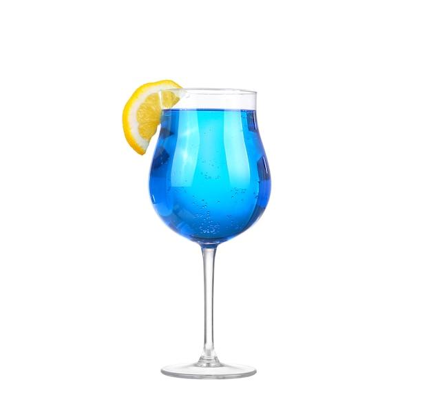 Спрайт пьет газированную газировку и лед в стакане, изолированном на белом