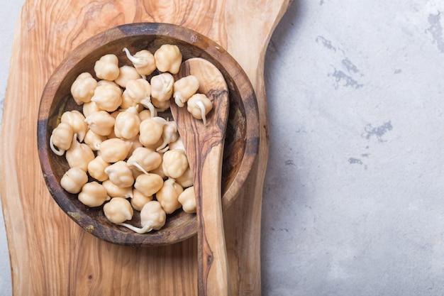 発芽豆。もやしとひよこ豆。菜食主義。健康的なダイエット。