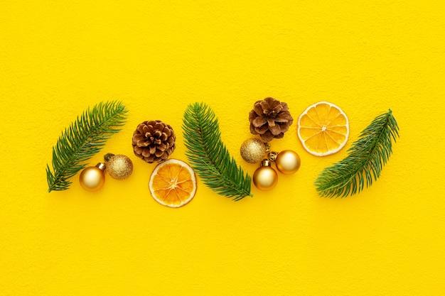 Еловая ветка, шишки и игрушки на рождество или новогоднее украшение