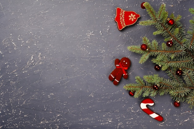 가문비 나무 가지와 빨간 크리스마스 싸구려 평면도