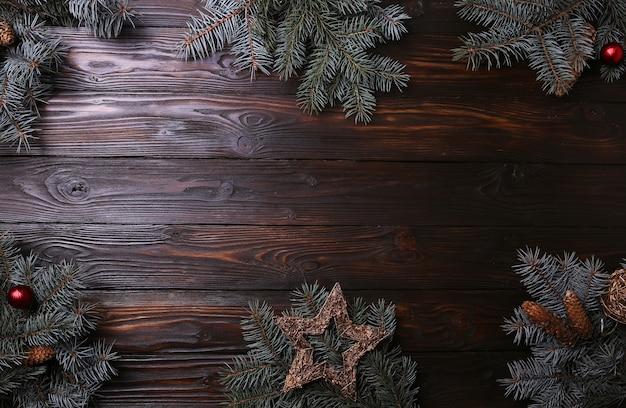 Еловые ветки на деревянном фоне