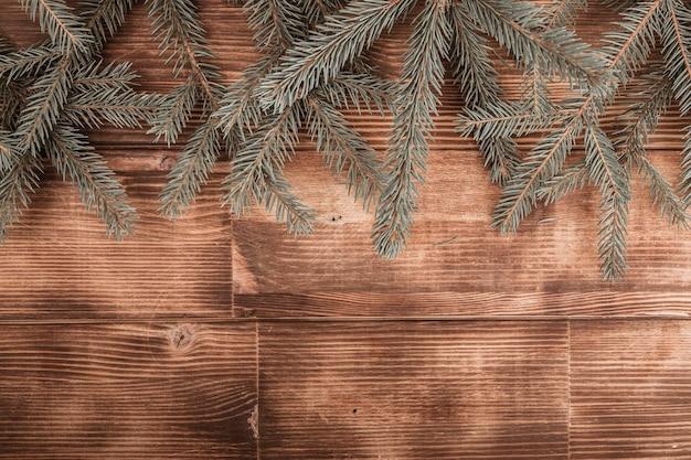 木製の背景にトウヒの葉