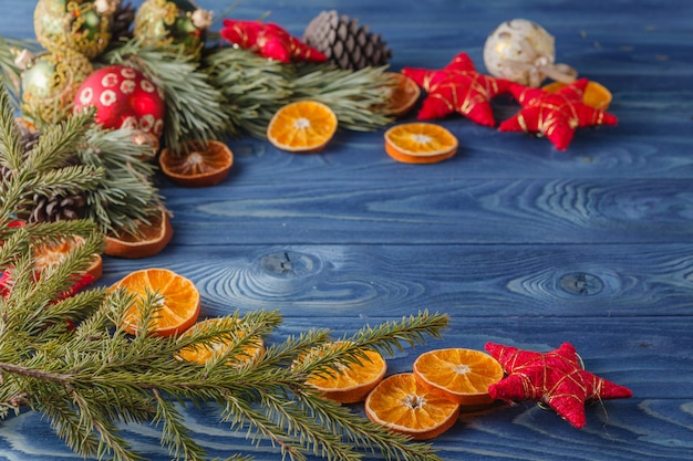 オークテーブル、クリスマスの背景に乾燥したオレンジスライスとスプルースの小枝