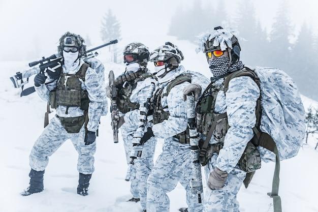 冬の森で兵士の部隊