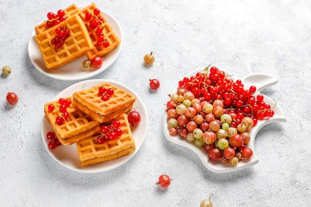 Квадратные бельгийские вафли с мушмулами и медом