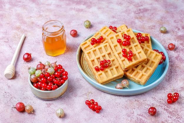 Квадратные бельгийские вафли с мушмулами и медом.