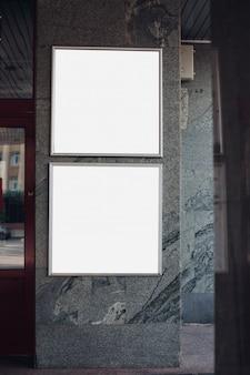 通りの正方形の看板