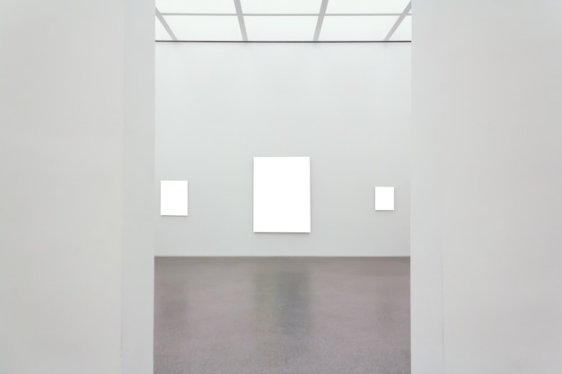 部屋の壁に取り付けられた正方形の空白フレーム