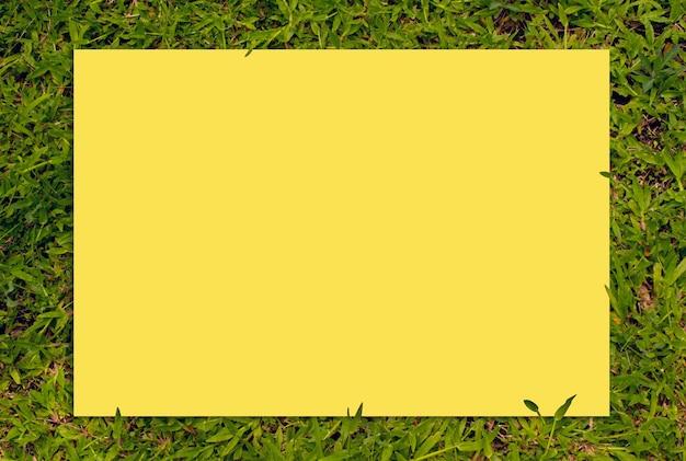 2021 년 팬톤 컬러의 사각형 테두리 녹색 잔디 프레임 및 복사 공간 용지